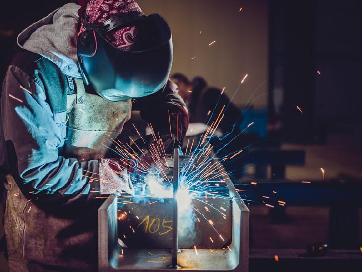 Arbeiter mit Schweissgerät © kerkezz