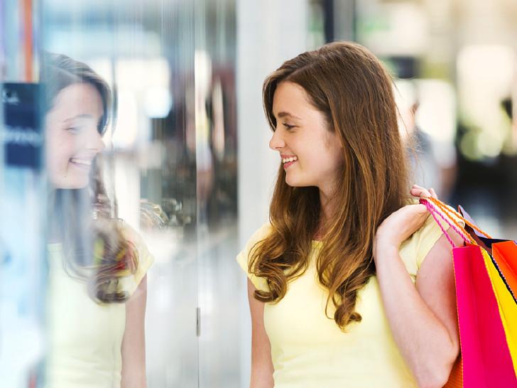 Frau vor Schaufenster © Halfpoint