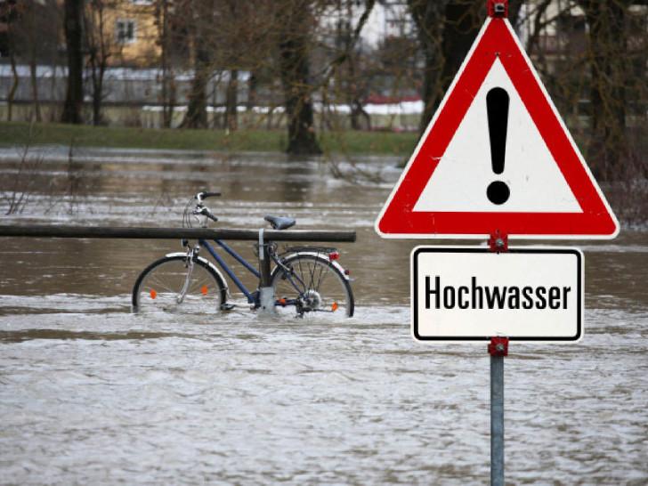 Schild in überfluteter Straße © Thaut Images