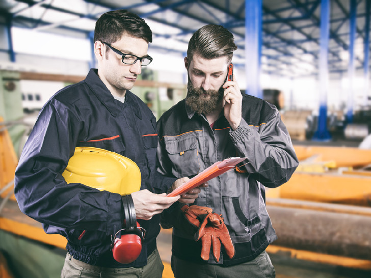 Zwei Arbeiter im Gespräch © quka